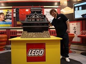 レゴブロック製「松江城」とレゴモデルビルダー・直江和由さん