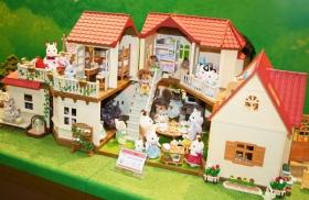 「東京おもちゃショー」でもシルバニアファミリーのブースが設けられ、商品が展示された