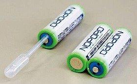 スポイトを使って本体の穴に水を入れるだけで発電する「水電池」