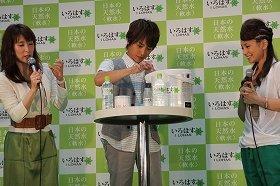 慣れた手つきでミルクをつくる杉浦太陽さん(中央)。右は三船美佳さん