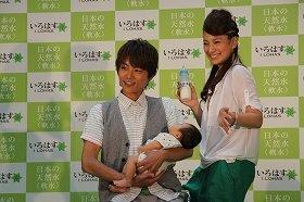 赤ちゃんを抱いて「ハイ、チーズ!」