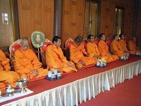 9人のお坊さんがズラリ。タイでは9という数字が好まれる