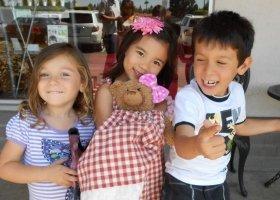 子どもたちにとって「Buddy Bear」は妹や弟なのかな