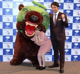 発表会には夕張市から「メロン熊」も登場。大きな口で、福田萌さんをガブリ