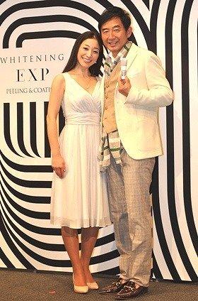 「WHITENING EXP」の発表会でカメラに収まる石田さん(右)と堀口さん(左)