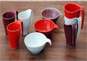 鮮やかな色釉で和洋問わず使える九州、波佐見産の磁器。マグカップ2サイズと、食卓に映える3色の小鉢(各1260円、1680円)
