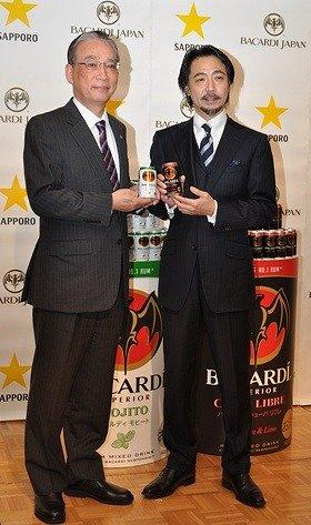 新商品を手にしたサッポロビール・寺坂史明代表取締役社長(左)と、バカルディ ジャパン・皆川昌三代表取締役社長(右)