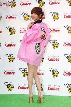 「Oh!おつまみ」の新商品発表会でポーズを取る眞鍋かをりさん