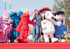 14日、オープニングセレモニーに参加した江角マキコさんと小林星蘭ちゃん (C)&(R)Universal Studios. All rights reserved. (C)1976, 1999, 2012 SANRIO CO., LTD. (C)12'PNTS (C)2012 Sesame Workshop.