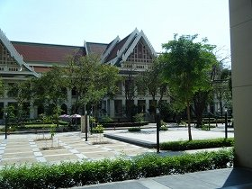 建築家エドワード・ヒーリー設計による大学最初の校舎。この向かい側にタイ語を学ぶ校舎が建てられている