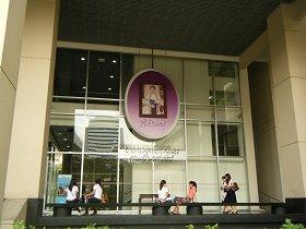 タイ語を学ぶ校舎には、国民に大人気のシリントーン王女(王族として初めて国内の大学で学んだ)の写真が華々しく飾られている