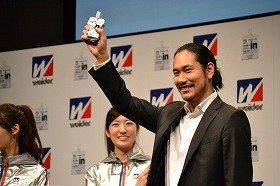 19日、新CM発表会に出席した松山ケンイチさん。ウイダーinゼリーを見事キャッチ。