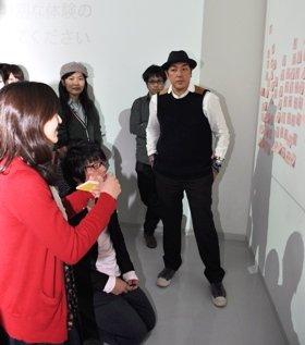 学生の話に耳を傾ける伊藤直樹さん