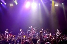 骸骨バンドとともにステージに立つBABYMETAL(Photo by Taku Fujii)