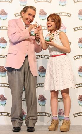 「BEN&JERRY'S」日本1号店のプレス発表会に参加したデーブ・スペクターさん(左)とIMALUさん(右)