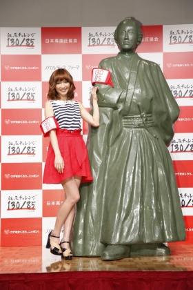 「坂本龍馬像」の横でポーズをとる優木まおみさん