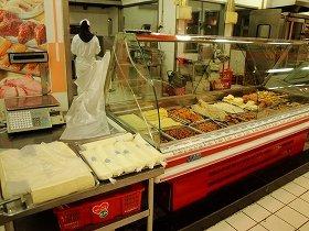 ローカル色の強いスーパーの豆腐コーナー。左から自家製豆腐、豆乳(袋詰め)、右のケースは豆腐皮や油揚げに似た製品