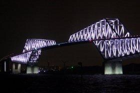ライトアップが始まった東京ゲートブリッジ。時間は日没から午前0時まで