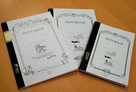 左からディズニー展限定デザインノート、アリスノートB5、A5((c)Disney)