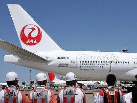 横断幕を持った空港職員が「JAL X 東京スカイツリージェット」を見送った
