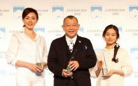 「COTTON USA AWARD 2012」に選ばれた(左から)SHIHOさん、鶴瓶さん、忽那さん(10日、都内で)