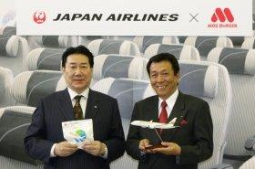 発表会に姿を見せたJALの植木義晴社長(左)とモスフードサービスの櫻田厚社長(右)