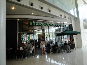 お客のほとんどが中国人で、西洋人の姿は少ない。店内には注文するための行列が。