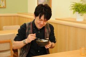 「うまみとコクが強くなった」と新カレーを評する土田晃之さん
