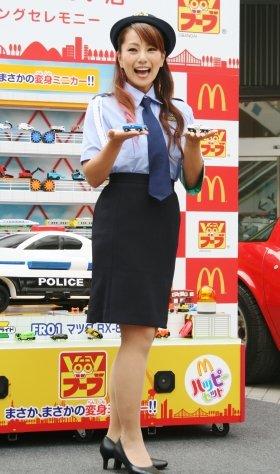 VooVを手に、警官姿で笑う三船美佳さん