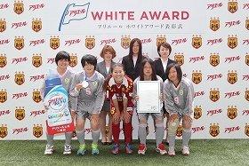 澤選手と富岡高女子サッカー部の選手たち