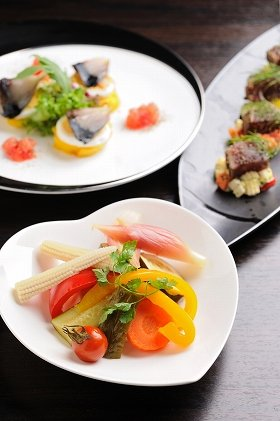 「Bistro GINSAI(ビストロ・ギンサイ)」提供料理 「彩野菜の自家製バルサミコピクルス」(下) 「しめ鯖とインカの目覚めのニース風カナッペ」(左上) 「鮪とピクルスのタルタル(仮)※開発中」(右上)