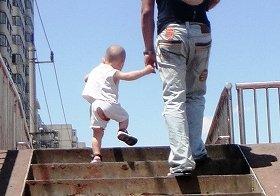 股われズボンを履いた子供。ズボンの下には何もつけないのが原則