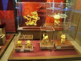 写真左上の龍の置物は金53.83グラム使用。1グラム400元で計算してざっと27万円