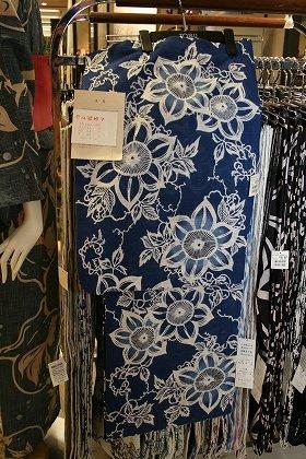 「紺地」に「和風の花」をあしらった浴衣が人気(写真:竺仙ゆかた)