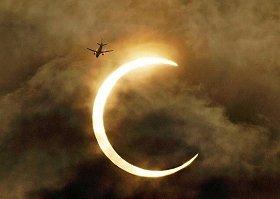 飛行機が金環日食をかすめる写真には、3万以上の「いいね!」が寄せられた(提供:日本航空)