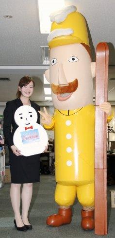 10日、編集部を訪問したレルヒさん(右)と金井塚美貴さん(左)