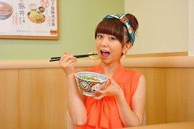 焼味ねぎ塩豚丼に「本当においしい!」と太鼓判を押す福田萌さん