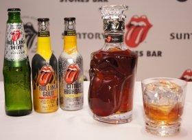 「ストーンズバー〈ザ・ローリング・ストーンズ50周年ウイスキー〉」。左は「ストーンズバー」ブランドから6月発売された「ローリングホップ」「ローリングゴールド」「シトラスハイボール」