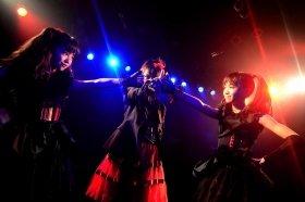 ステージに立つBABYMETAL(左からYUIMETAL、SU-METAL、MOAMETAL)Photo by Taku Fujii