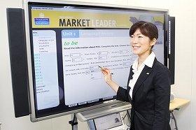 電子黒板を前に、教材について解説するニチイ学館の平尾佳世子さん