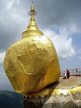 写真は、ミャンマーにある「チャイティーヨパゴタ」
