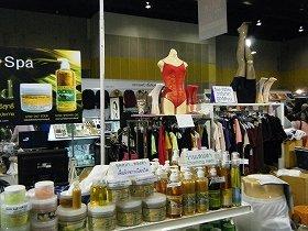 衣服やスパ用品など、さまざまな商品が並ぶ