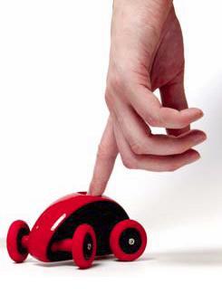 ボディ上部の穴に入れた指で動かす