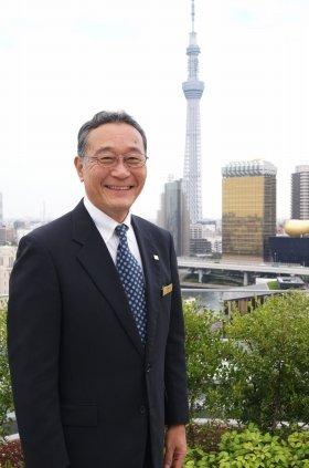 「ザ・ゲートホテル雷門」総支配人・宇野敬介さん。「一押しの場所」だという14階テラスで