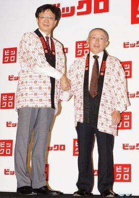 ビックカメラの宮嶋宏幸・代表取締役社長(左)と握手を交わすユニクロの柳井正・代表取締役会長兼社長