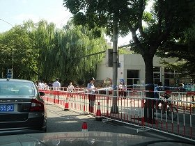 大使館の斜め前にある日本人が多く住む公寓前。デモが明けた9月19日も正門前と道路の間は、二重の柵で仕切られ、警官が警備中。