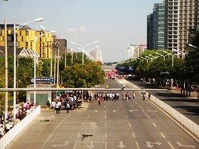 デモが最大となった9月18日は晴天で空気も澄んだ「デモ日和」だった。封鎖された亮馬橋路。