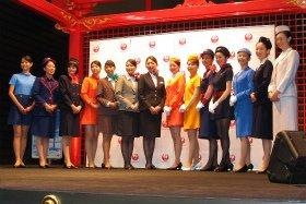 羽田空港ではJALが客室乗務員と地上職員のファッションショーを行った