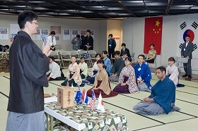 開会式の様子。海外から5か国の選手が袴姿で参加した