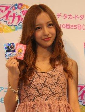 「アイカツ!カード」を手にする板野友美さん